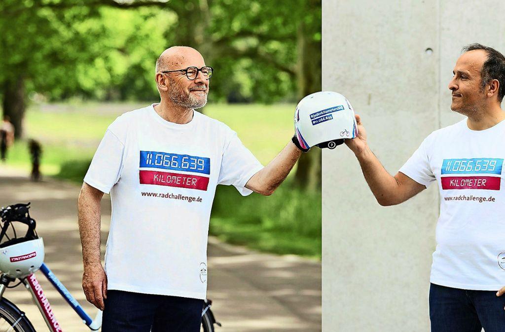 Achtung Werbung: Winfried Hermann übergibt einen Radhelm an den Kabarettisten Don Svezia. Foto: Spitzbarth