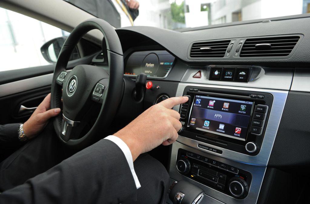 Mobiltelefonie zählt in modernen Autos inzwischen zum Standard. Foto: picture alliance / dpa/Jens Kalaene