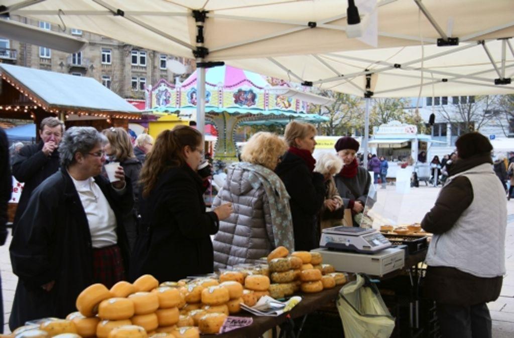 Martinimarkt auf dem Marienplatz: heißer Glühwein und Kaffee gegen die Kälte, leckerer Käse gegen den Hunger. Foto: Wenke Boehm