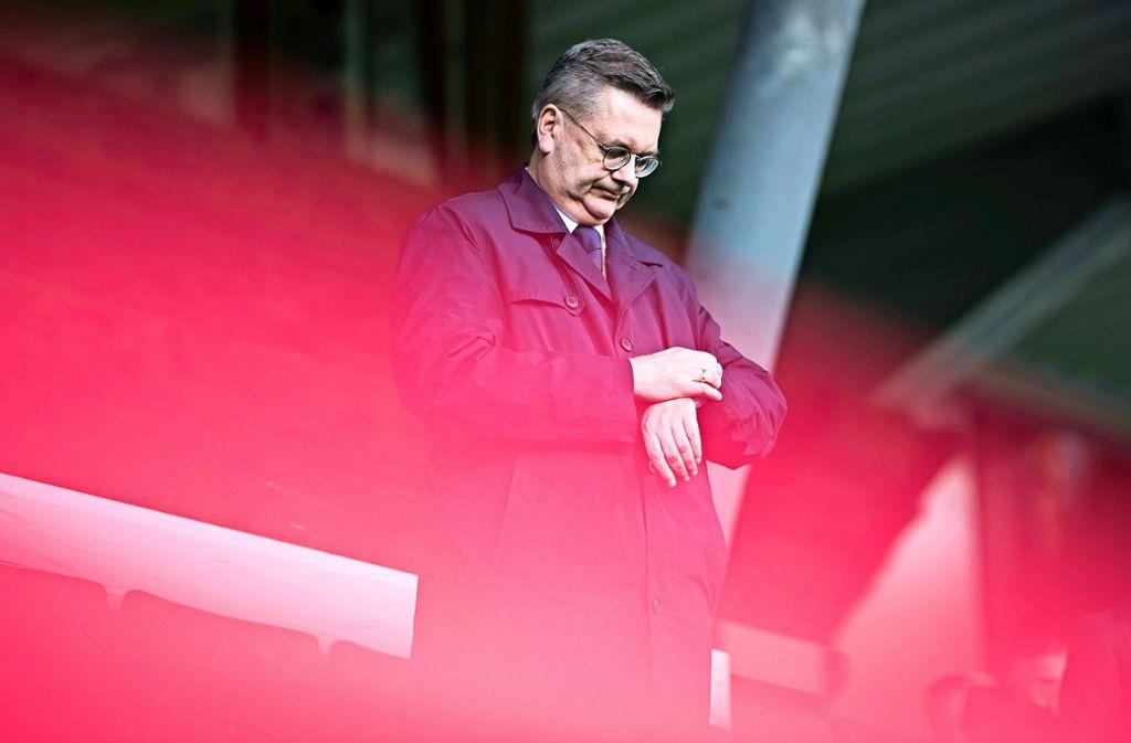 Um den DFB-Boss und Ex-CDU-Politiker Reinhard Grindel wird es einsam. Foto: Bongarts