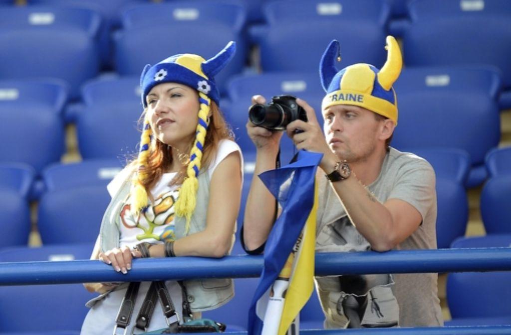 Freie Platzwahl: nicht nur diese ukrainischen Fans können sich ihren Sitz aussuchen. Foto: dapd