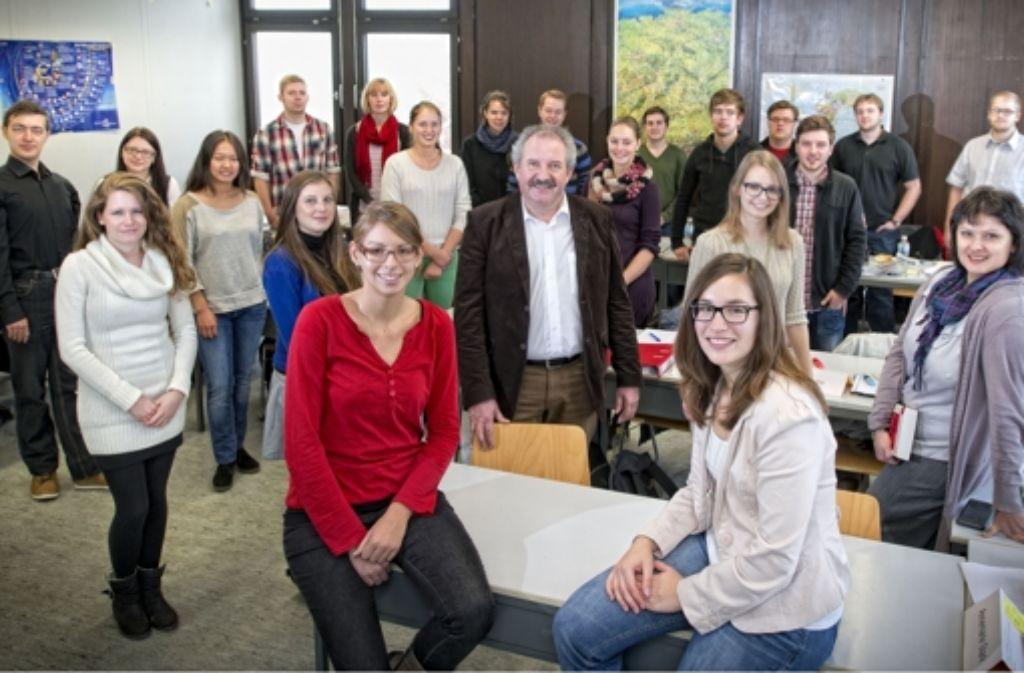 """Professor Kies ist begeistert von Ines Steinhauser (roter Pulli), Sarah Alber (rechts daneben) und ihren Kommilitonen. """"Da spürt man das Feuer"""", sagt er. Foto: Martin Stollberg"""