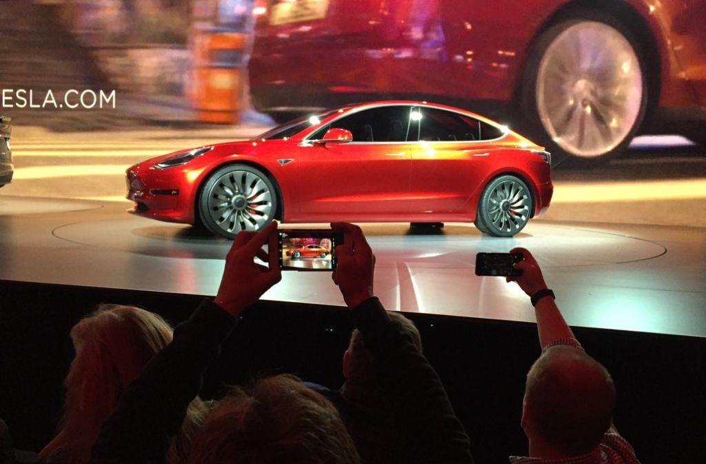 """Begehrtes Elektrofahrzeug: Das """"Model 3"""" von Tesla wurde bereits 253.000 Mal vorbestellt. Foto: AP"""