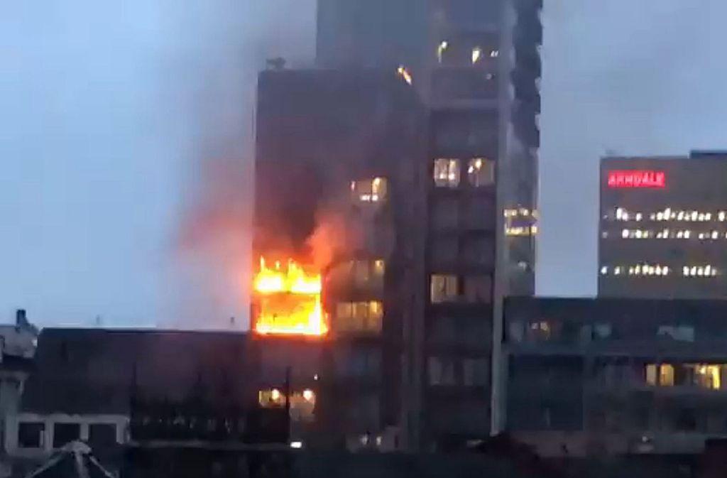 Flammen schlagen aus den oberen Stockwerken des Hochhauses in Manchester. Foto: dpa