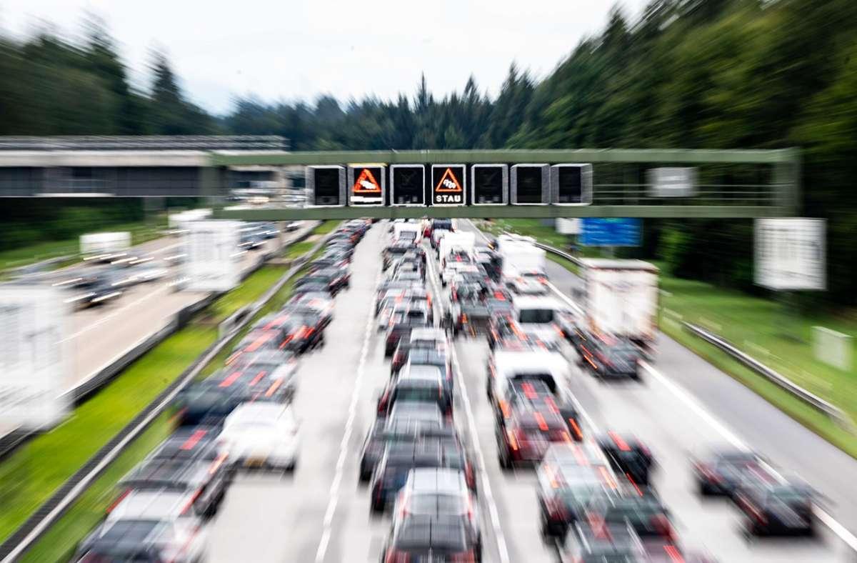 Am Wochenende sollten sich Autofahrer wieder auf längere Wartezeiten einstellen (Symbolbild). Foto: dpa/Matthias Balk