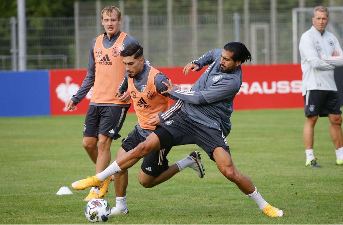 Es geht ordentlich zur Sache: Suat Serdar  und  Emre Can (rechts) kämpfen um den Ball – interessierter Zuschauer: Julian Brandt (links) Foto: Baumann