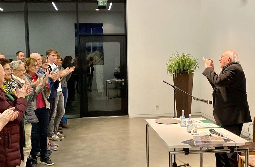 Applaus im Stehen für den 94-jährigen Auschwitz-Überlebenden Gerhard Maschkowski nach seinem Auftritt jüngst in Stuttgart-Feuerbach. Foto: Lichtgut/Leif Piechowski