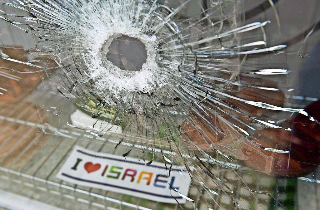 Experten des Landeskriminalamts untersuchen jetzt, was für ein Geschoss das Schaufenster getroffen hat. Foto: StZ / Weingand
