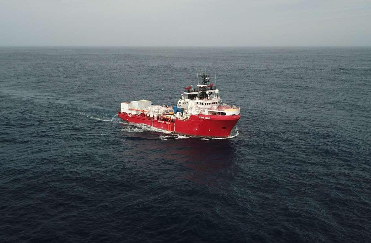 """Das Rettungsschiff """"Ocean Viking"""" hat im Mittelmeer 51 Migranten von einem Holzboot gerettet. Foto: SOS MEDITERRANEE/Anthony Jean"""