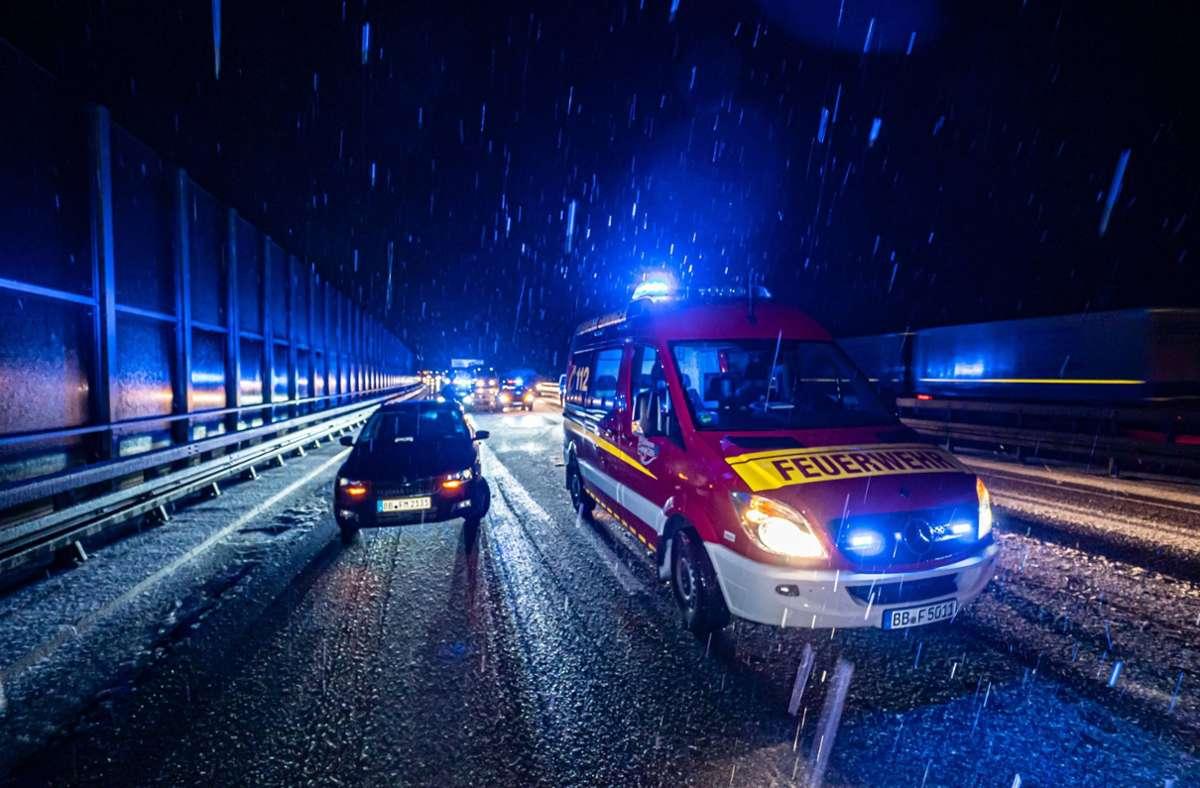 Unfall auf der A81 bei Ehningen: Schnee und Eis sorgten für zahlreiche Einsätze von Rettungskräften im Südwesten. Foto: 7aktuell.de/Alexander Hald/7aktuell.de | Alexander Hald