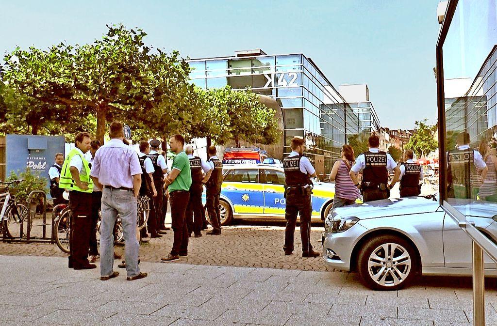 Nach einer Bombendrohung hat die Polizei das am Hafen gelegene Medienhaus K42 abgesperrt. Foto: dpa