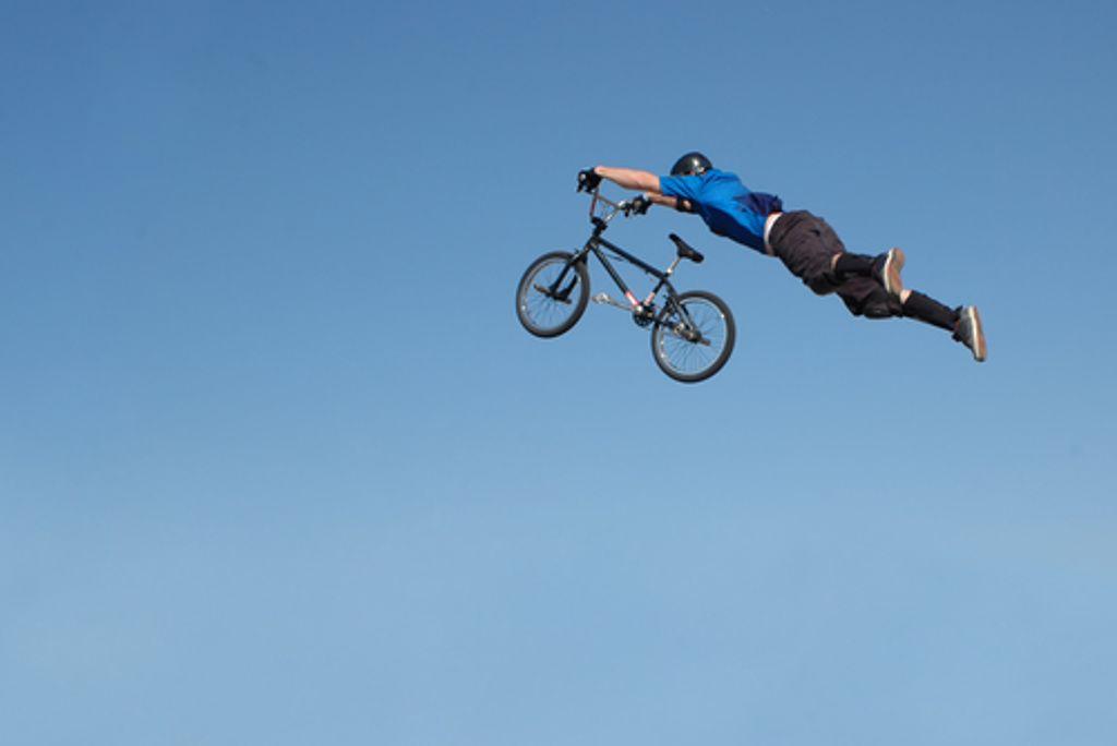 Höher, schneller, weiter - dem Kamikaze-Radfahrer ist kein Risiko groß genug. Foto: Shutterstock/glenda