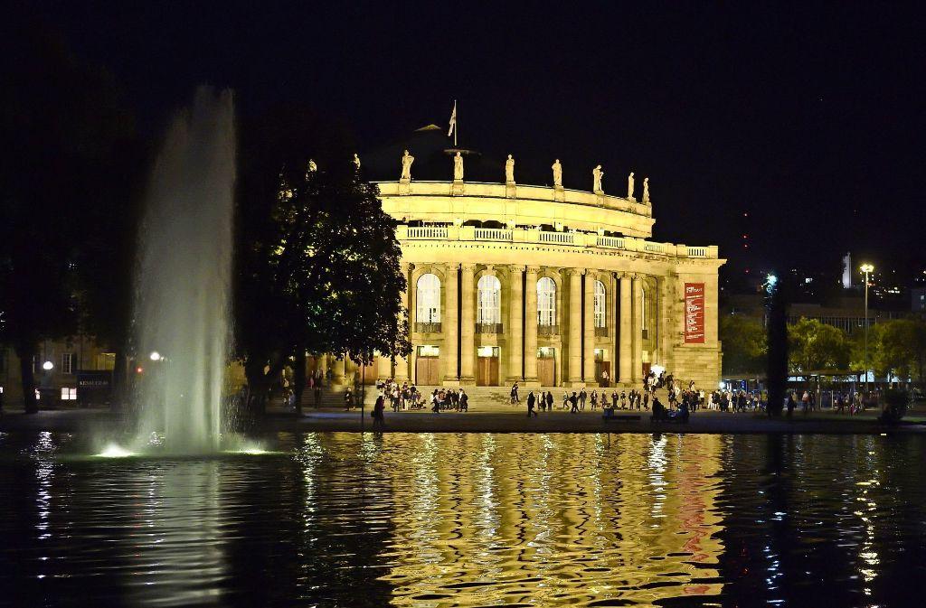 Der Eckensee vor der Oper: Entsteht die Interimsspielstätte über der Wasserfläche? Foto: dpa
