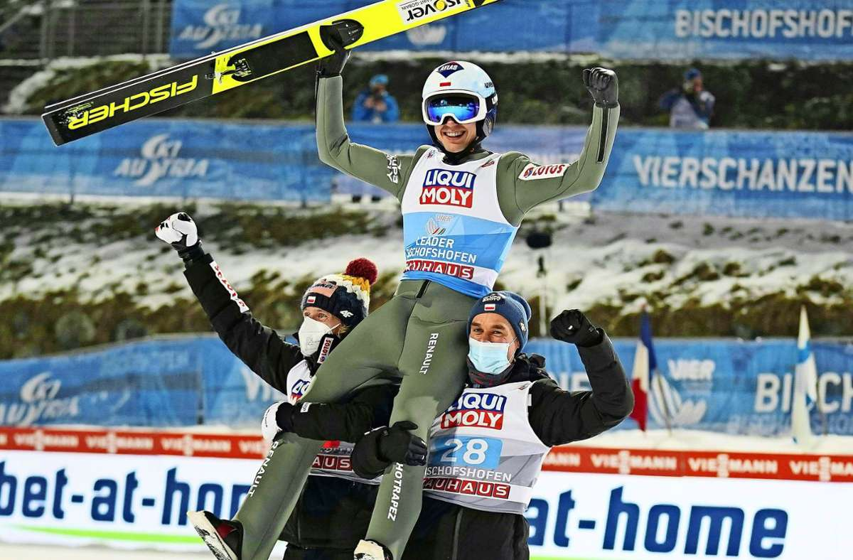 Auf den Schultern der polnischen Kollegen: Skispringer Kamil Stoch nach seinem Sieg bei der Vierschanzentournee. Foto: AFP/Georg Hochmuth