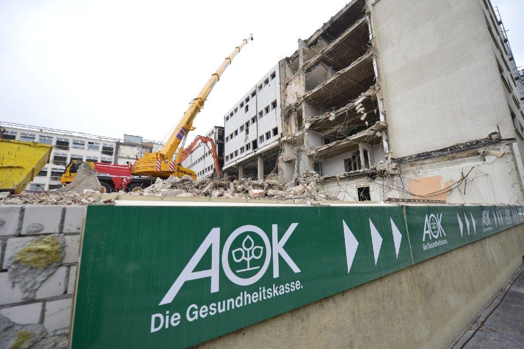 Am Berliner Platz in Stuttgart beißen die Bagger zu - das alte AOK-Gebäude wird für die Rosenberghöfe abgerissen. Foto: www.7aktuell.de | Florian Gerlach