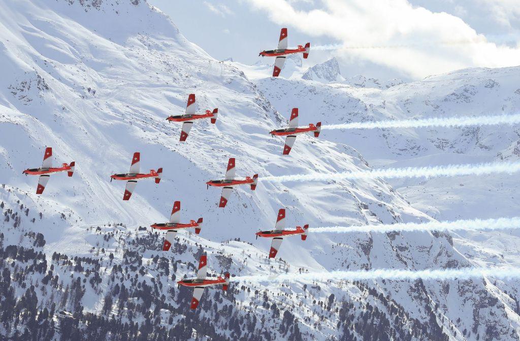 Ein misslungenes Manöver eines Show-Flugzeugs hätte bei der Ski-WM in St. Moritz beinahe für eine Katastrophe gesorgt. Foto: dpa