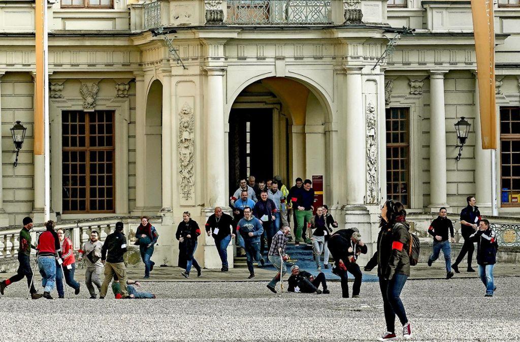 Alles nur Schau: Verletzte flüchten aus dem Schloss ins Freie. Foto: factum/Bach