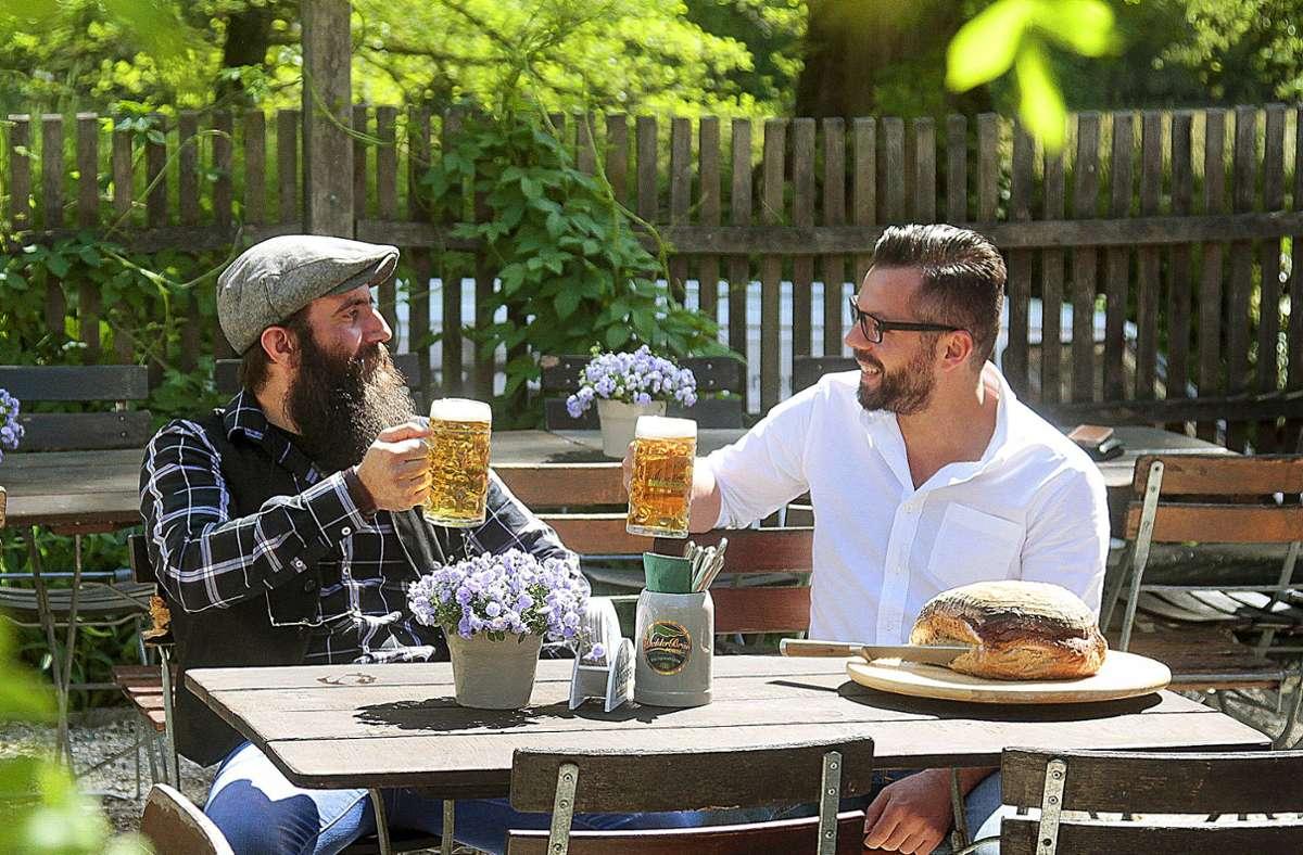 Pascal Fetzer (l.) mit seinem Schwager und Partner  Markus Fetzer – und dem legendären Brot! Foto: factum//Granville