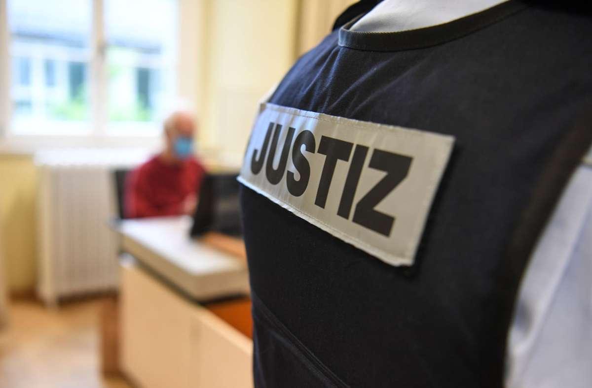 Das Angeklagte warf unter anderem Müll und Fäkalien in den Briefkasten seines Opfers. Foto: dpa/Felix Kästle
