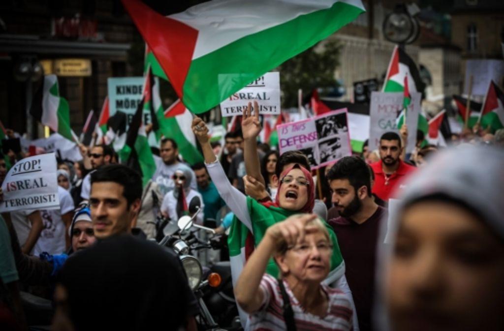 Bei der Free-Palästina-Demo in Stuttgart protestierten rund 2000 Menschen gegen Israels Angriffe auf den Gaza-Streifen. Foto: Achim Zweygarth