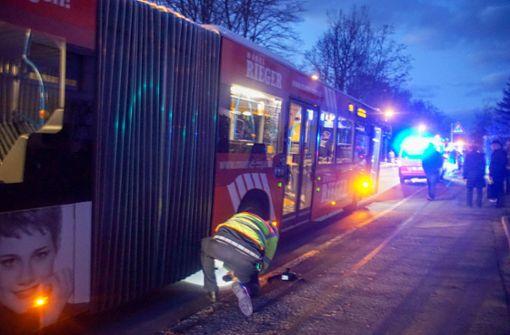 Kind rennt vor Bus über die Straße – Fünf Verletzte