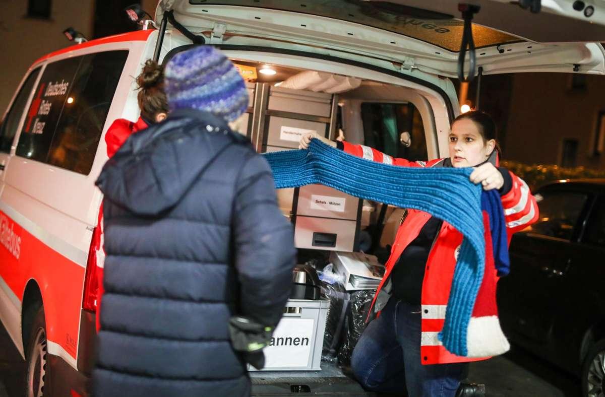 Nachts im  Einsatz: Sandra Welsch (rechts) und ihr Team lassen Wohnsitzlose nicht allein. Foto: Lichtgut/Christoph Schmidt