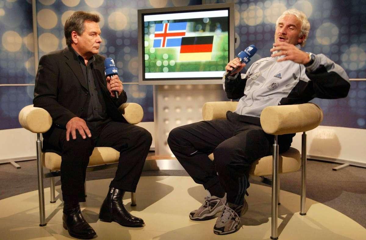 2003 gerieten Moderator Waldemar Hartmann (li.) und DFB-Teamchef Rudi Völler im Fernsehstudio nach dem Spiel gegen Island aneinander. Wir blicken  in Bildern auf weitere legendäre Fußball-Wutreden. Foto: imago