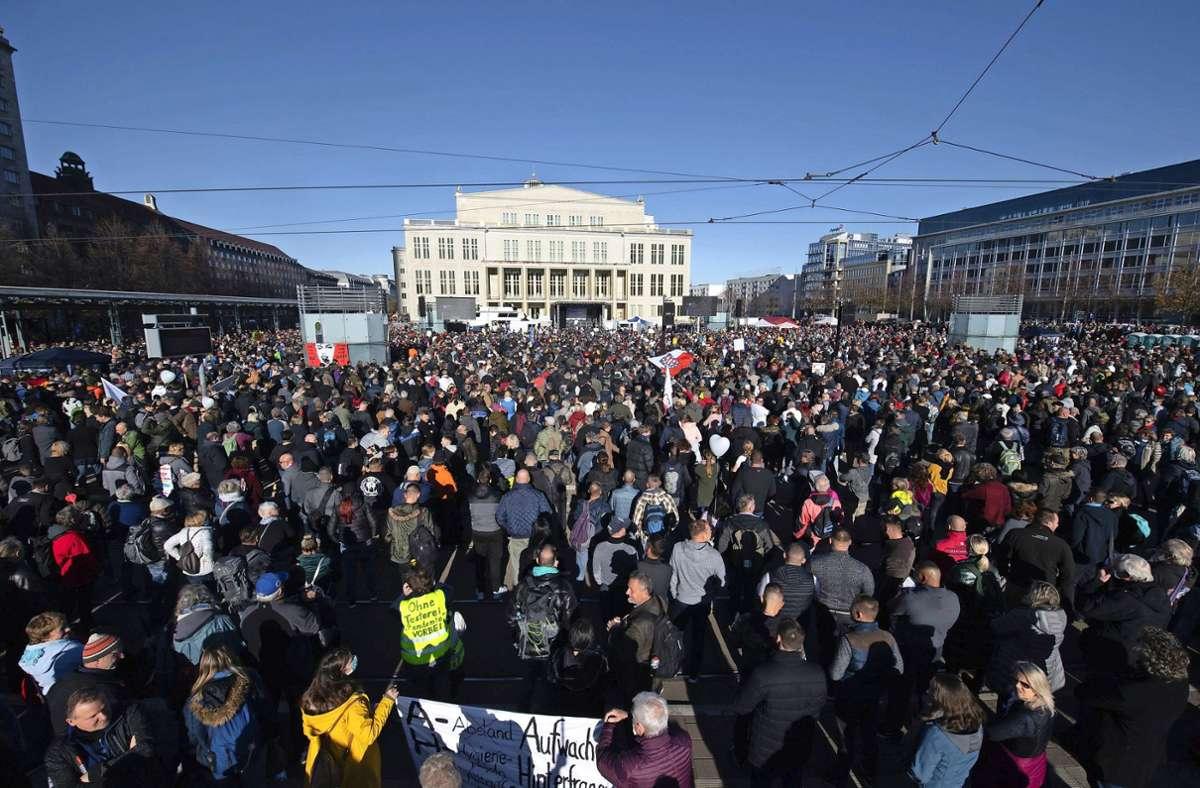 Zehntausende haben vergangenes Wochenende in der Leipziger Innenstadt gegen die Corona-Maßnahmen demonstriert. Foto: dpa/Sebastian Kahnert