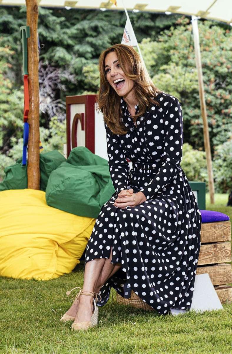 Passend zum Sommer hat sich die Herzogin honigfarbene Strähnchen zugelegt. Foto: Kensington Palace/AP