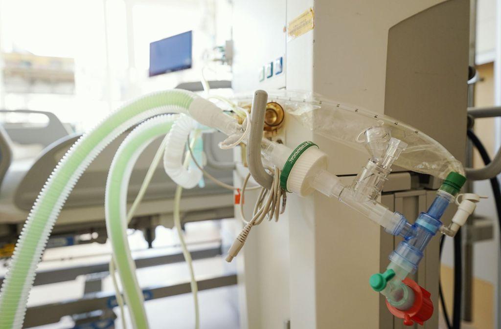 Ein Beatmungsgerät steht vor einem Bett in einem Patientenzimmer auf der Intensivstation einer Klinik. Foto: dpa/Uwe Anspach