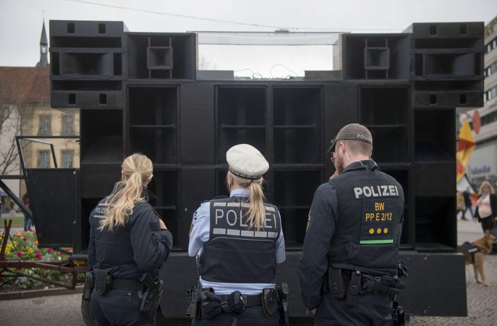 Polizisten beobachten bei der Tanzdemo 2018 das Treiben vorm Lautsprecherwagen. Foto: dpa (Archiv)