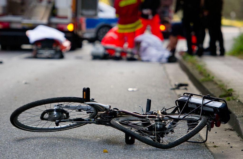 Eine Fahrradfahrerin wurde von einem Autofahrer übersehen (Symbolbild). Foto: dpa