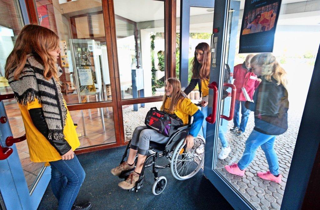 Schwere Pendeltüren können für einen Rollstuhlfahrer eine fast unüberwindliche  Hürde darstellen. Foto: factum/Granville