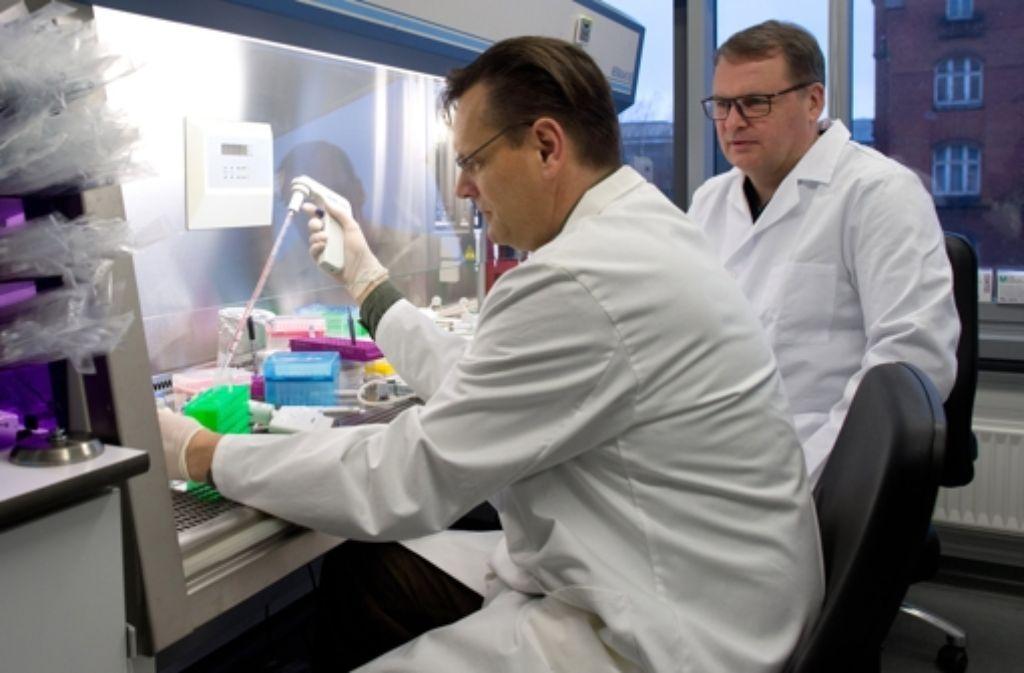 Deutsche Mediziner haben einen neuen Ansatz im Kampf gegen HIV erfolgreich im Labor getestet. Foto: dpa