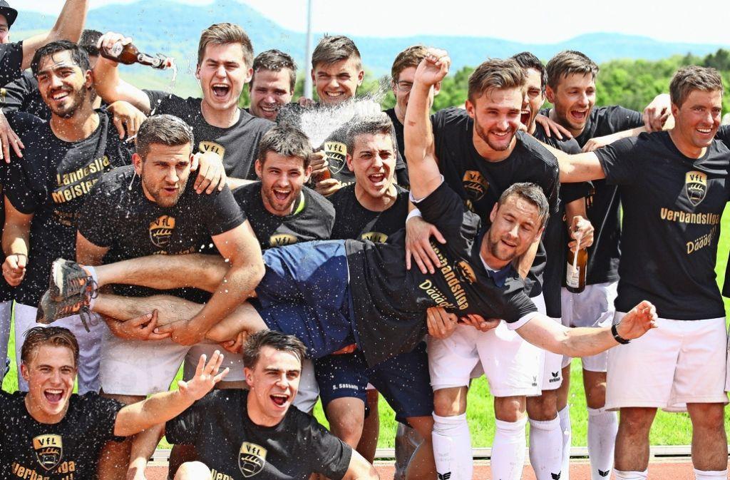 Pfullingens Fußballer feiern den Aufstieg in die Verbandsliga. Foto: Eibner