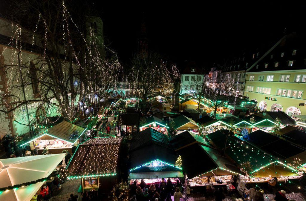 Der Weihnachtsmarkt in Freiburg lockt auch Gäste aus der Schweiz und Frankreich an. Foto: dpa/Patrick Seeger