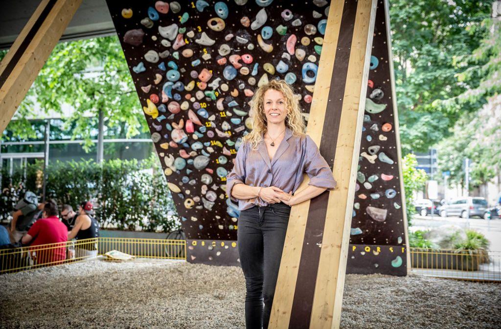 35 Grad im Schatten: Dank des Überhangs ist die Boulder-Wand für Anfänger und Profis wie Aline Otte interessant. Foto: Lichtgut/