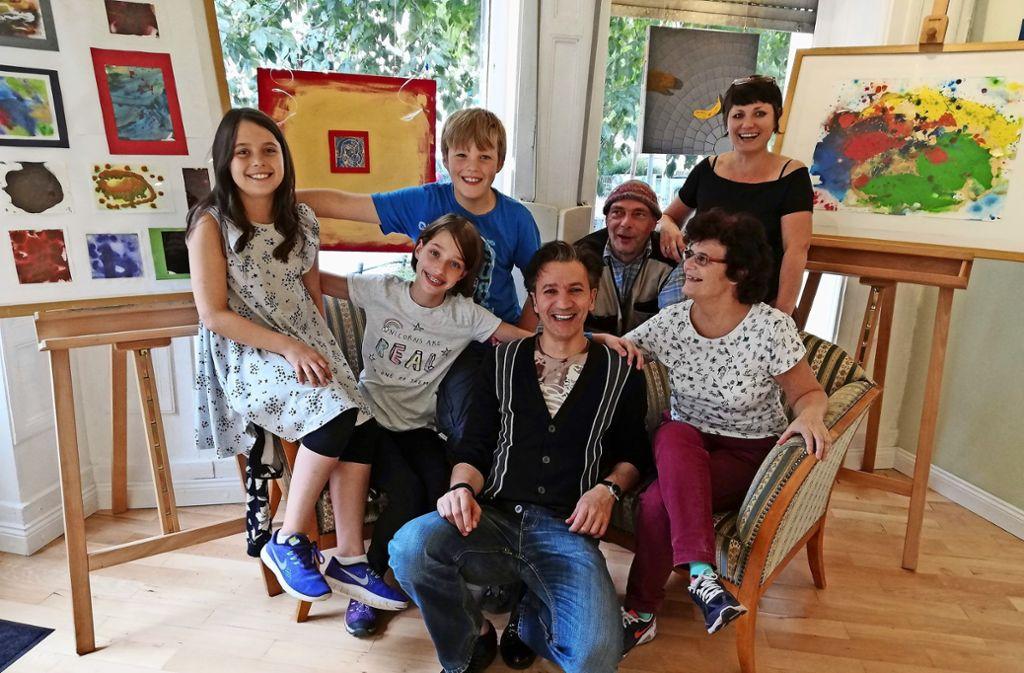 """Mitglieder der Kunstgruppe """"Outsider"""" und Schüler der Fuchsrainschule machten gemeinsam Kunst, während eines Projekts  in der Galerie Sichtbar. Foto: Cedric Rehman"""