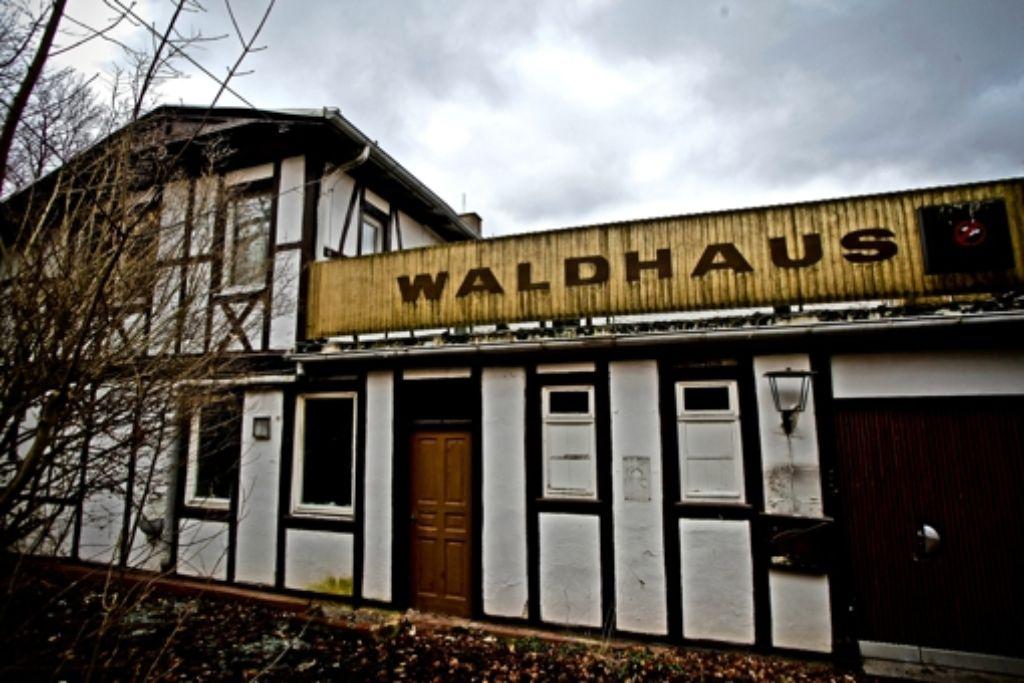 Der leer stehende Gasthof an der Hasenbergsteige ist marode, gleichwohl aber zu einem Betrag weit über dem geschätzten Verkehrswert versteigert worden. Foto: Peter Petsch