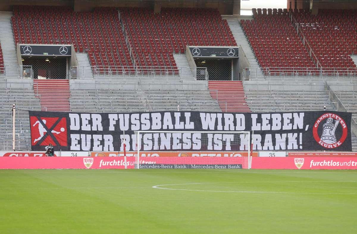Dieses DFL-kritische Banner hängt seit der Wiederaufnahme des Spielbetriebs vor der Cannstatter Kurve. Foto: Baumann