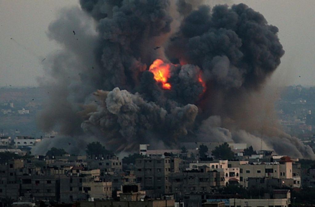 Nach Luftschlägen der israelischen Luftwaffe steigen riesige Rauchwolken über Gaza-Stadt auf. Foto: dpa