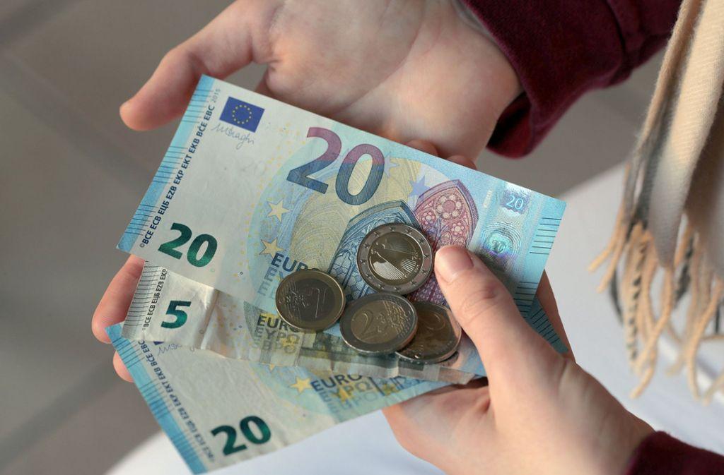 Bislang bezahlt ein Großteil der Deutschen lieber mit Bargeld. Foto: dpa-Zentralbild