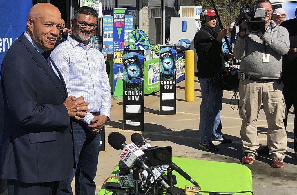 Lotterie-Chef Tony Cooper (links) and KC Mart-Inaber C.J. Patel im Jahr 2018 bei einer Pressekonferenz zum Mega-Lotto-Gewinn. Foto: AP