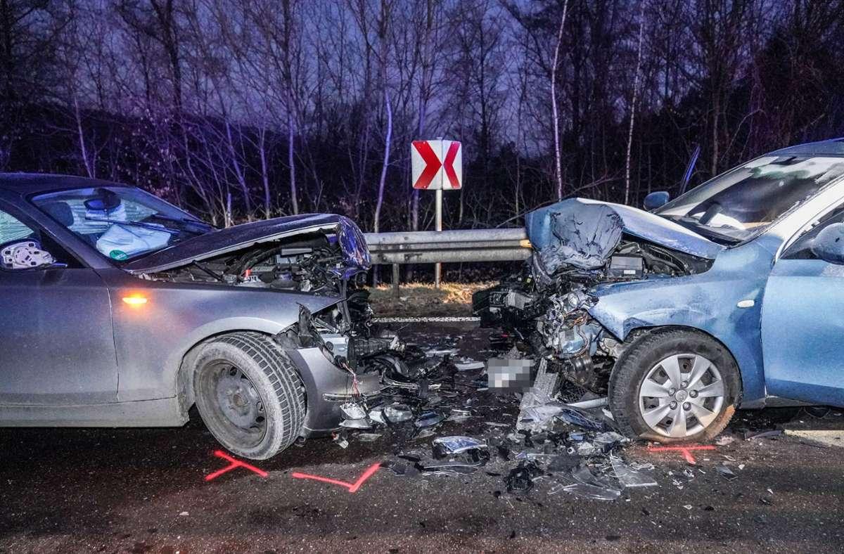 Wie es dazu kam, dass der BMW in den Gegenverkehr geriet, ist noch unklar. Foto: SDMG/Kohls