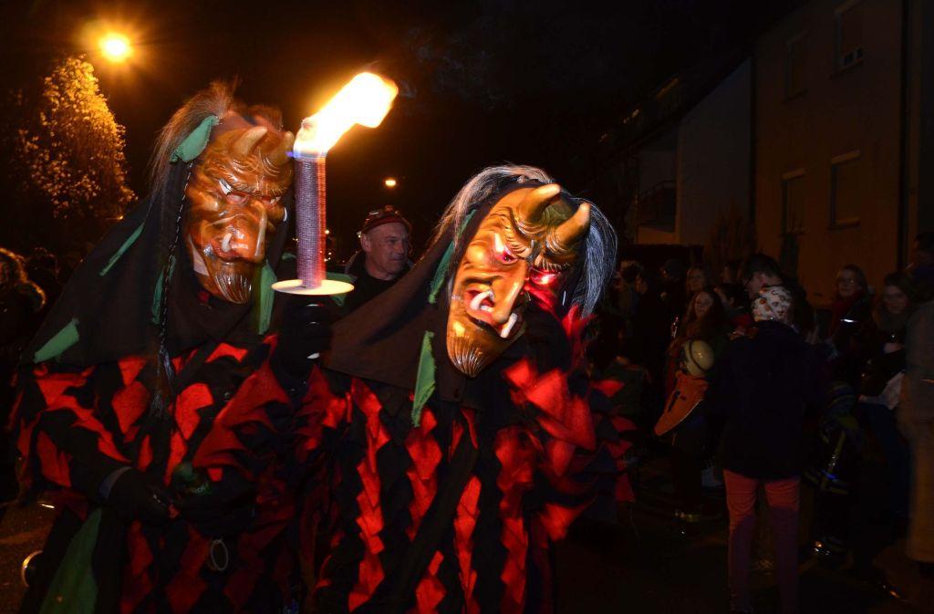 Mit schaurigen Masken sind die Teilnehmer des Nachtumzugs durch Mühlhausen gezogen. Foto: Andreas Rosar Fotoagentur-Stuttgart