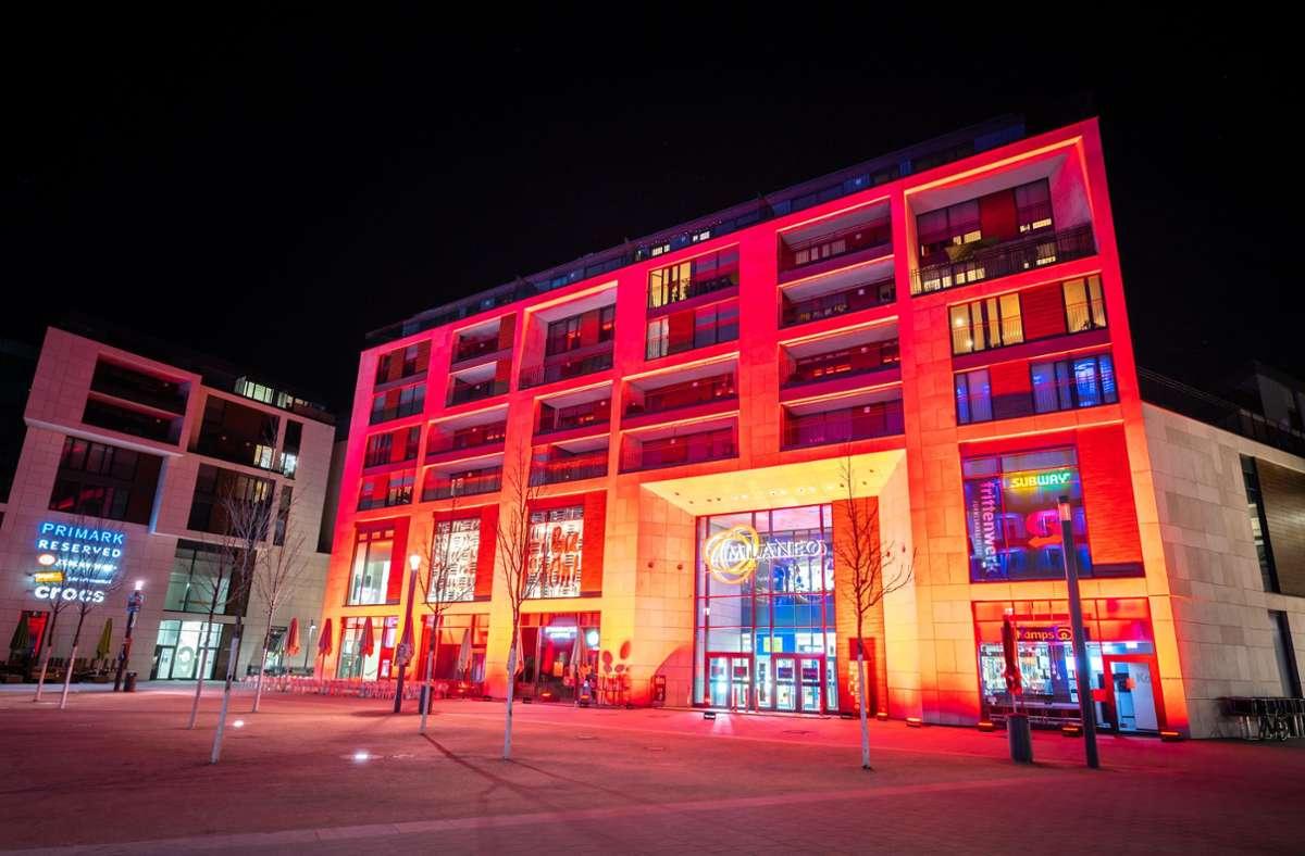 Botschaft in Signalfarbe: Das Milaneo war am Montagabend rot erleuchtet. Foto: Baris Cirak/Baris Cirak Fotografie