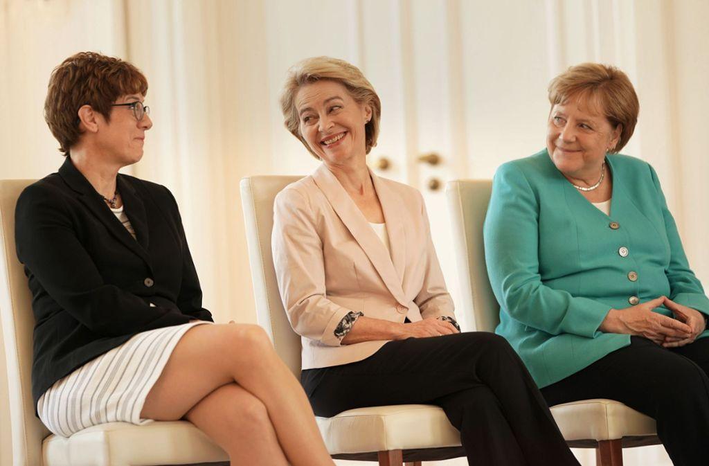 Drei Vertraute: Annegret Kramp-Karrenbauer, Ursula von der Leyen und Angela Merkel Foto: dpa