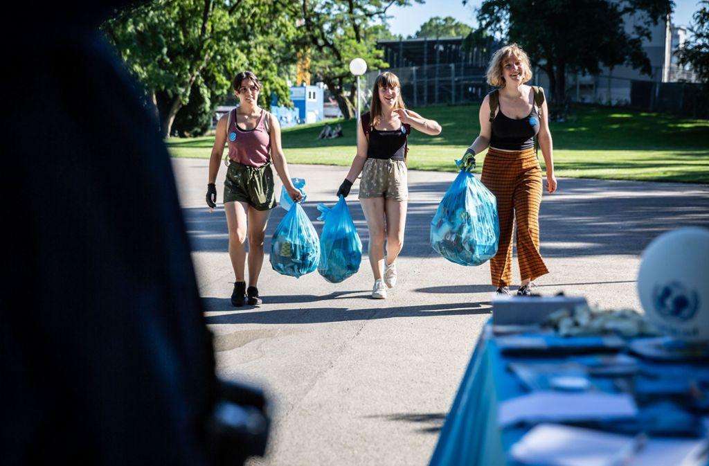 Sport machen und Müll sammeln: Jugendliche haben sich zum Plogging in Stuttgart getroffen. Foto: Lichtgut/Julian Rettig