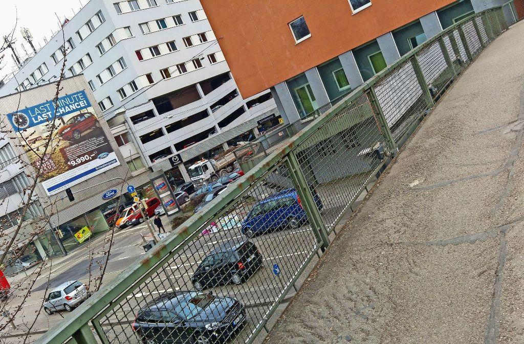 Der schmale Fußgängersteg beim Neckartor  ist eine der wenigen Verbindungen zum Schlossgarten. Foto: Jürgen Brand