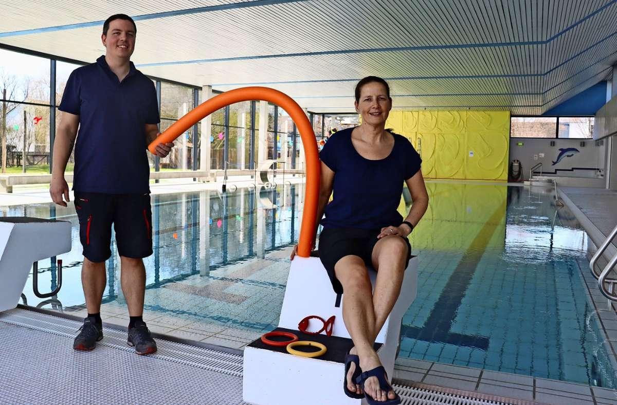 Der Betriebsleiter Roland Eckardt und Manuela Schmid vom Bäderteam haben bereits alles für die Besucher vorbereitet. Foto: Claudia Barner